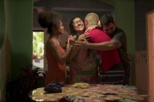 Regina Casé será uma das protagonistas de Amor de Mãe. Na imagem temos Jéssica Ellen, Juliano Cazarré e Thiago Martins como seus filhos na trama (Reprodução: TV Globo)