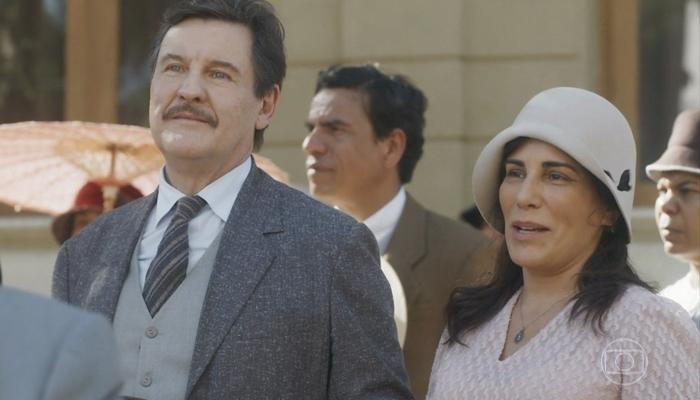 Júlio (Antonio Calloni) e Lola (Gloria Pires) em cena do primeiro capítulo de Éramos Seis, que teve ótima audiência (Foto: Reprodução/Globo)