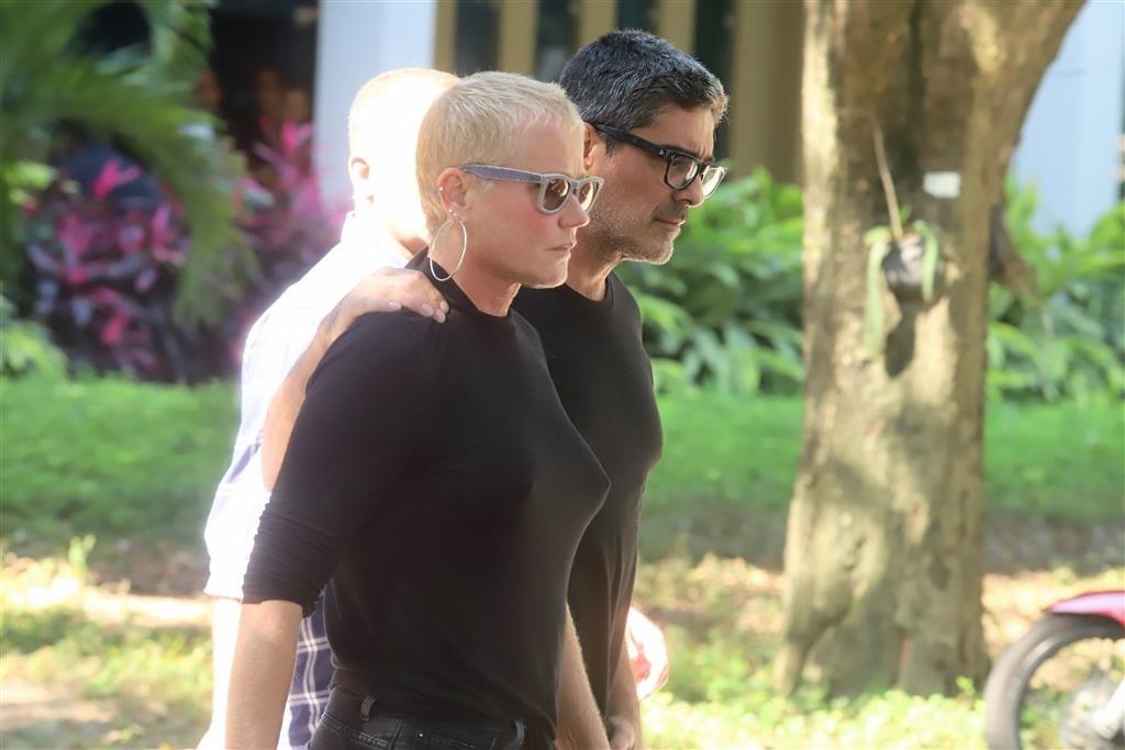 A ex-apresentadora da Globo, Xuxa Meneghel ao lado de seu namorado, Junno (Foto: Daniel Pinheiro / AgNews)
