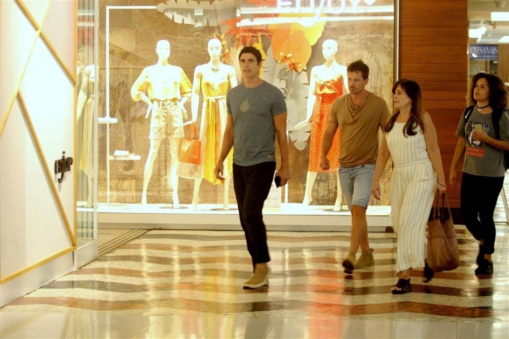 Reynaldo Gianecchini caminha com amigo em shopping da zona sul do Rio. Foto: Rodrigo Adão/AG News