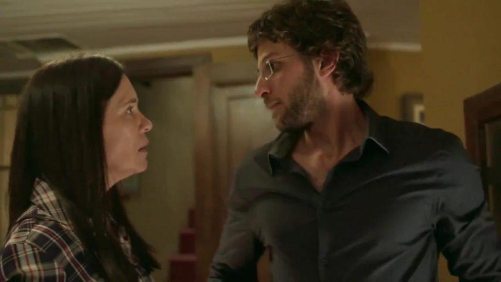 Adriana Esteves como Thelma e Chay Suede como Danilo em chamada de Amor de Mãe da Rede Globo (Reprodução: TV Globo)