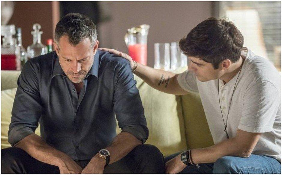 Agno (Malvino Salvador) e Leandro (Guilherme Leicam) vivem romance em A Dona do Pedaço (Reprodução: TV Globo)