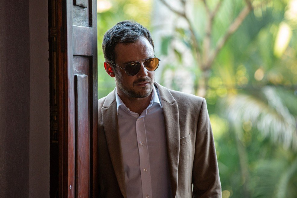 Chiclete (Sérgio Guizé) foge de comemoração após briga com Camilo (Lee Taylor) em A Dona do Pedaço / (Reprodução: TV Globo)