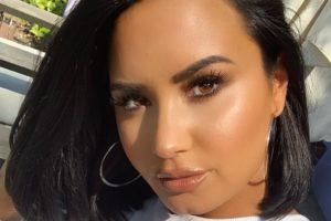 Demi Lovato aparece com superdecote em foto compartilhada no Instagram (Foto: Reprodução)
