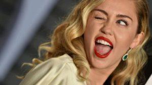 Miley Cyrus publica foto apenas de calcinha e rasga elogios do público (Foto: Reprodução)