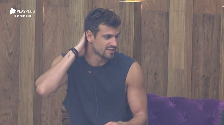 Guilherme Leão não gosta de saber que Thayse Teixeira ouviu a sua conversa em A Fazenda 11 (Reprodução: PlayPlus)