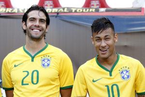 Kaká e Neymar jogando juntos na Seleção Brasileira (Reprodução: Internet)