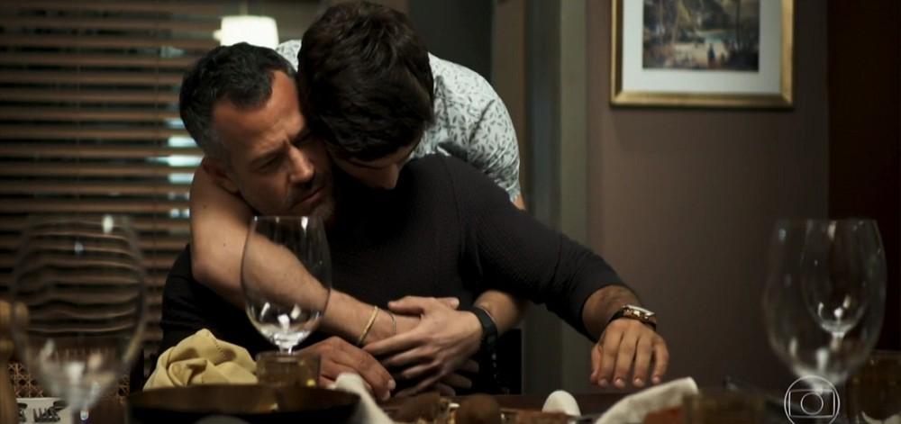 Leandro (Guilherme Leicam) e Agno (Malvino Salvador) namoram em A Dona do Pedaço (Reprodução: TV Globo)
