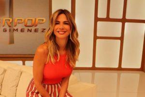 A apresentadora do Superpop, da RedeTV!, Luciana Gimenez é flagrada com coleira (Foto: Reprodução/Instagram)