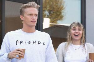 Miley Cyrus tira foto com a mão dentro das calças de Cody Simpson e para a internet (Foto: Reprodução)
