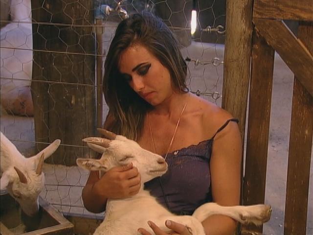Nicole Bahls adotou cabritinhos em A Fazenda 5 (Reprodução: Record TV)