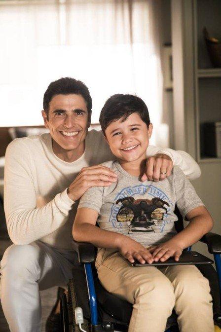 Régis (Reynaldo Gianecchini) reencontra filho Arthur (Bernardo Dantas) em A Dona do Pedaço (Foto: João Miguel Junior/Rede Globo)