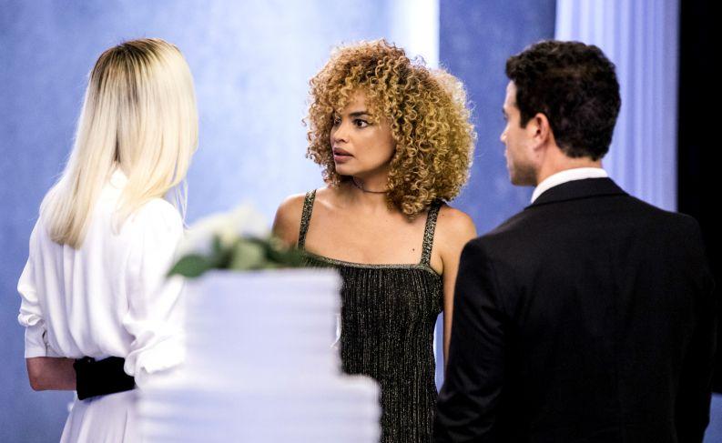 Silvia (Lucy Ramos) contracenando com Kim (Monica Iozzi) e Márcio (Anderson Di Rizzi) em A Dona do Pedaço (Reprodução: TV Globo)