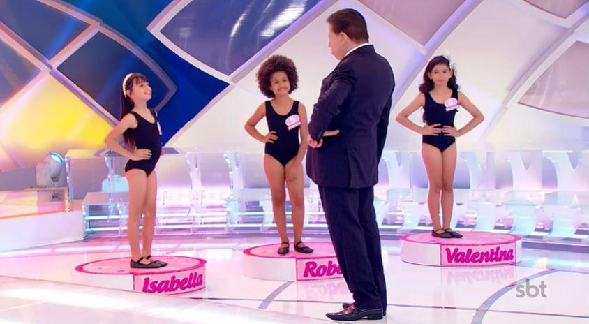 Silvio Santos convocou meninas de 7 a 8 anos para mostrar seus corpos no SBT (Foto: Reprodução/YouTube)