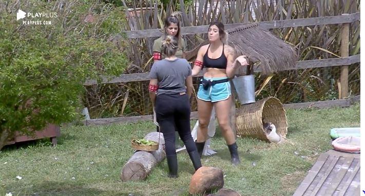 Tati se estranha com Thayse Teixeira em A Fazenda 11 (Reprodução: PlayPlus)
