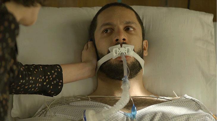 Téo (Rainer Cadete) está hospitalizado após ataque de Josiane (Agatha Moreira) em A Dona do Pedaço (Foto: Divulgação/TV Globo)