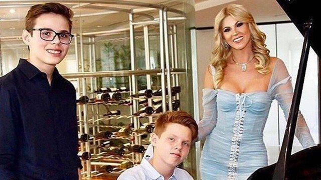 Val Marchiori ao lado dos filhos gêmeos (Foto: Reprodução)