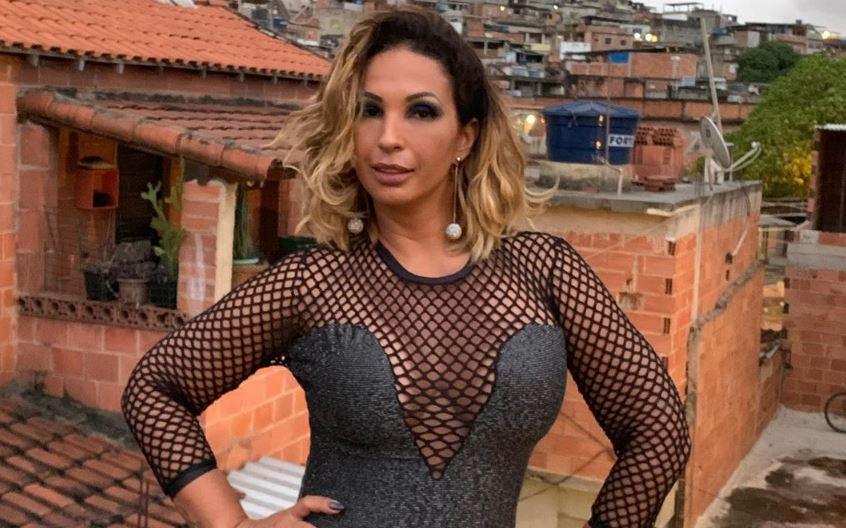 Valesca Popozuda surge em live proibidona com pênis de borracha na boca (Foto: Reprodução/Instagram)