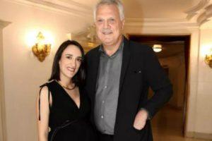 Pedro Bial e sua esposa, Maria Prata, fizeram uma rara aparição e a jornalista chamou atenção com seu barrigão. Foto: Reprodução