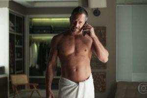 Agno (Malvino Salvador) surpreende Leandro (Guilherme Leicam) com pedido em A Dona do Pedaço (Reprodução: TV Globo)
