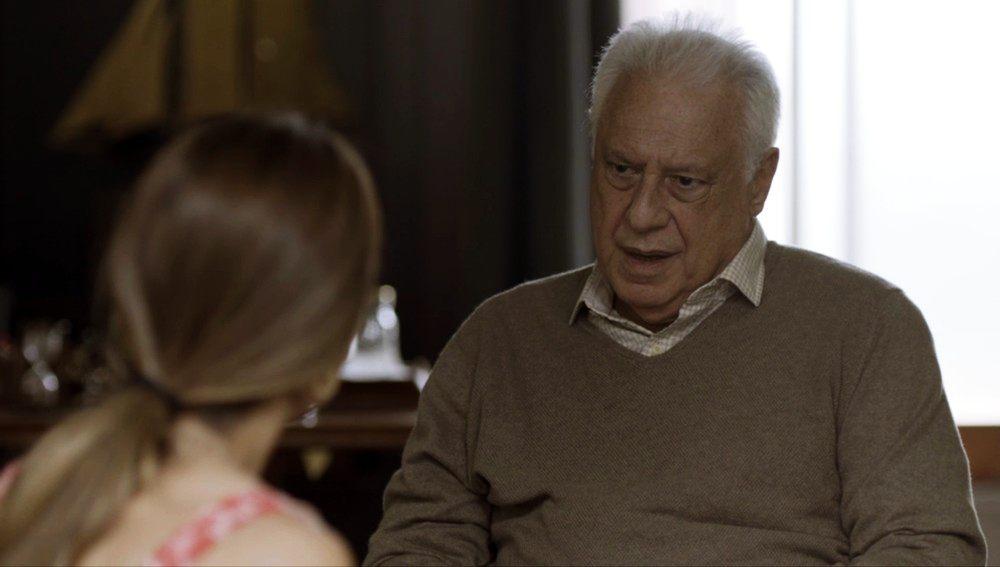 Antonio Fagundes sentado em cadeira de moletom bege escuro em cena de Bom Sucesso