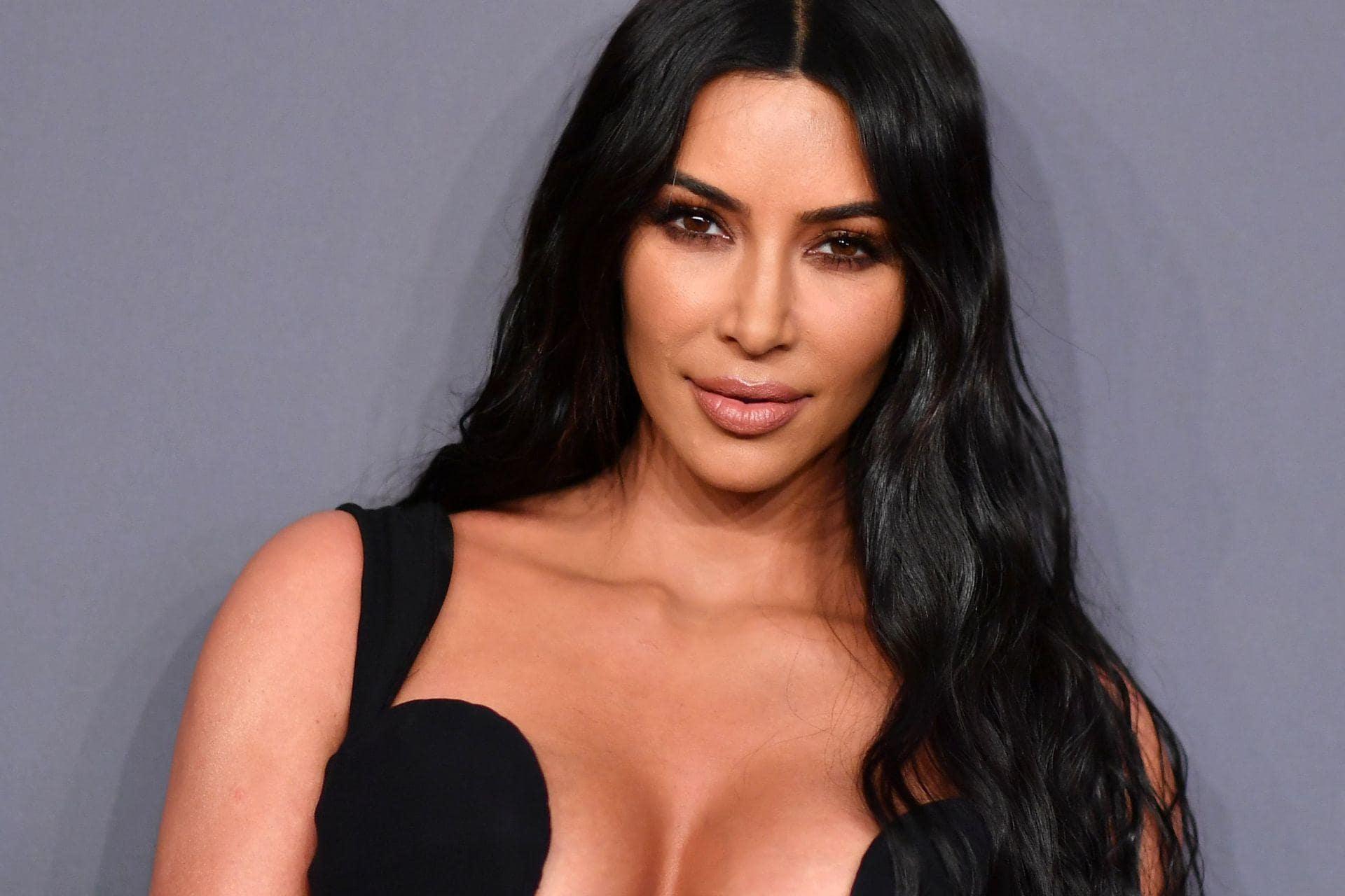 Kim Kardashian fala sobre os paparazzis que tentam tirar fotos de suas partes intimas (Foto: Reprodução)