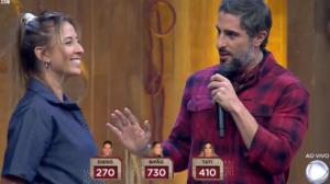 Marcos Mion e Bifão em A Fazenda 11, que bateu recorde de audiência (Foto: Reprodução/Record)