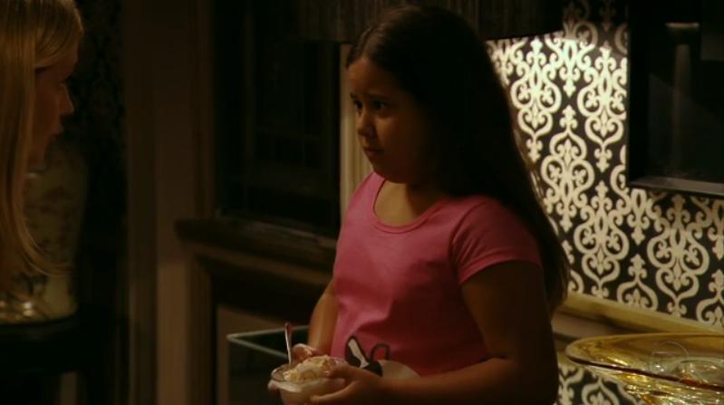 Cena cortada da reprise de Avenida Brasil em que Carminha (Adriana Esteves) humilha Agatha (Ana Carolina Lannes) (Foto: Reprodução/Globo)