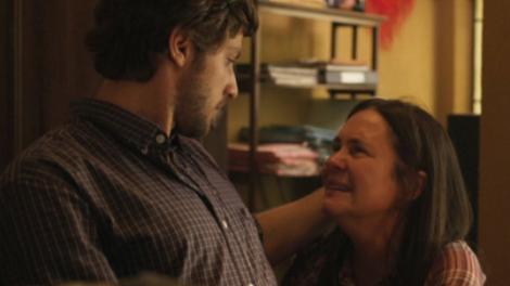 Danilo (Chay Suede) e Thelma (Adriana Esteves) em chamada de Amor de Mãe (Foto: Divulgação/TV Globo)