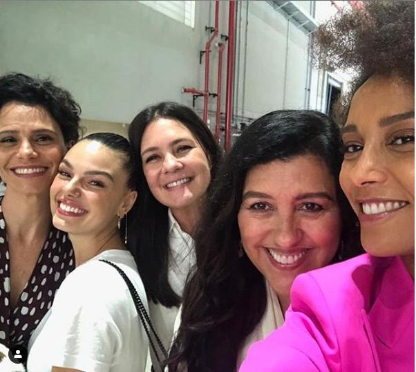 Malu Galli, Isis Valverde, Adriana Esteves, Regina Casé e Taís Araújo estão no elenco de Amor de Mãe, a próxima novela das 9 da Globo (Foto: Reprodução/ Instagram)