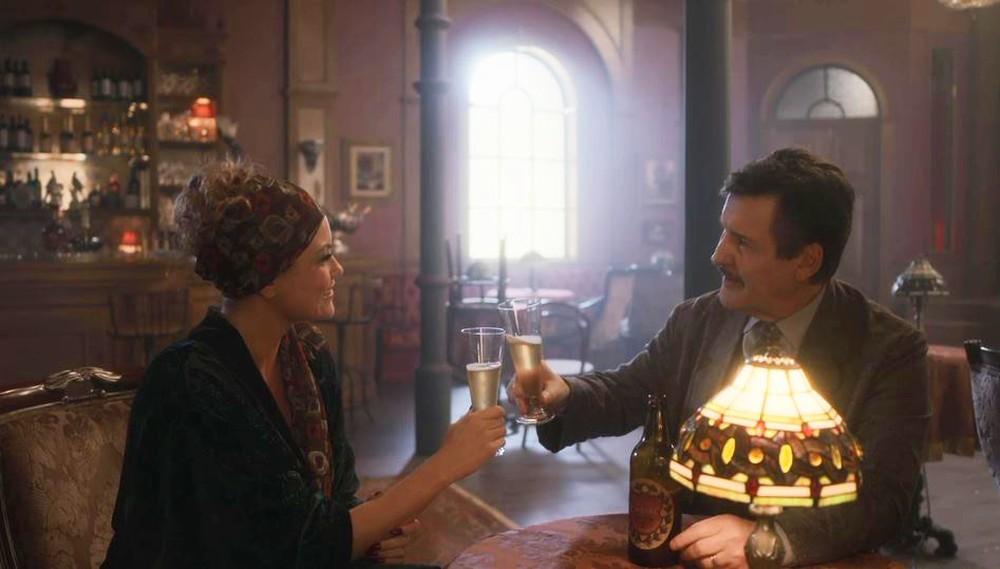 Marion e Júlio comemoram juntos em cena de Éramos Seis