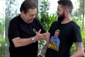 Cauê Fabiano mostrando sua camiseta para Faustão. Foto: Reprodução