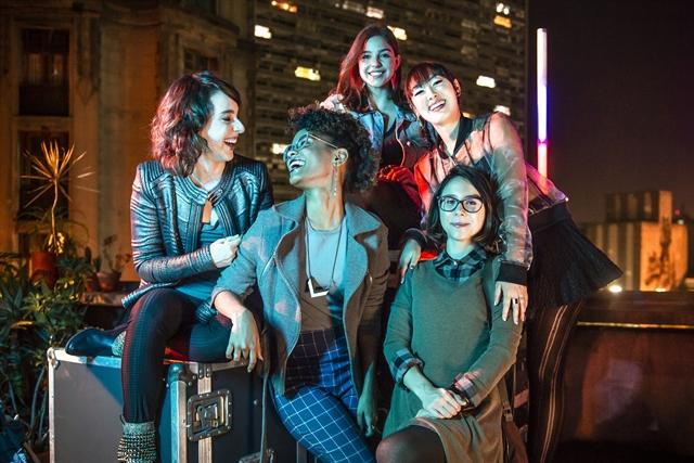Lica (Manoela Aliperti), Ellen (Heslaine Vieira), Keyla (Gabriela Medvedovski), Tina (Ana Hikari) e Benê (Daphne Bozaski) na série As Five (Foto: Globo/Fábio Rocha)