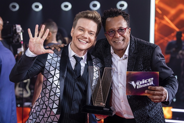 Michel Teló e Tony Gordon, vencedor da 8ª temporada do The Voice Brasil (Foto: Globo/Paulo Belote)
