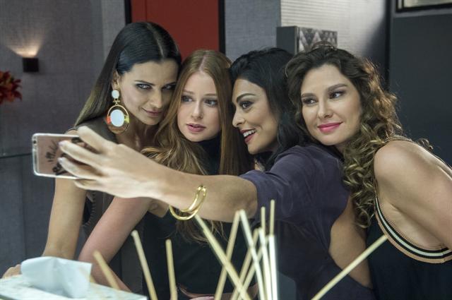 Lavínia Vlasak com Juliana Paes, Marina Ruy Barbosa e Fernanda Motta nos bastidores de Totalmente Demais; atriz volta em Bom Sucesso (Foto: Globo/Estevam Avellar)