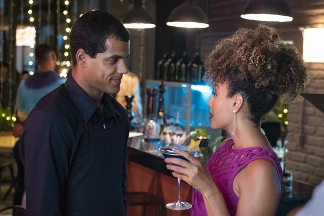 Yuri (Marcello Merlo Jr) e Gisele (Sheron Menezzes) em cena de Bom Sucesso; personagem deixará Diogo (Armando Babaioff) fora de si (Foto: Globo/Cesar Alves)
