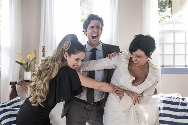 Silvana Nolasco (Ingrid Guimarães) e Virgínia Alcântara (Suzana Pires) disputam Pablo Sanches (Rafael Infante) em Bom Sucesso (Foto: Globo/Victor Pollak)
