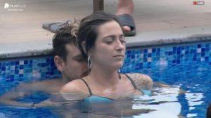 Guilherme Leão faz massagem em Tati Dias na piscina Imagem: Reprodução/PlayPlus
