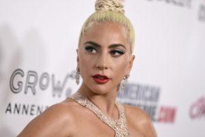 Lady Gaga leva tombo no palco juntamente com fã e vídeo viraliza na web (Foto: Reprodução)