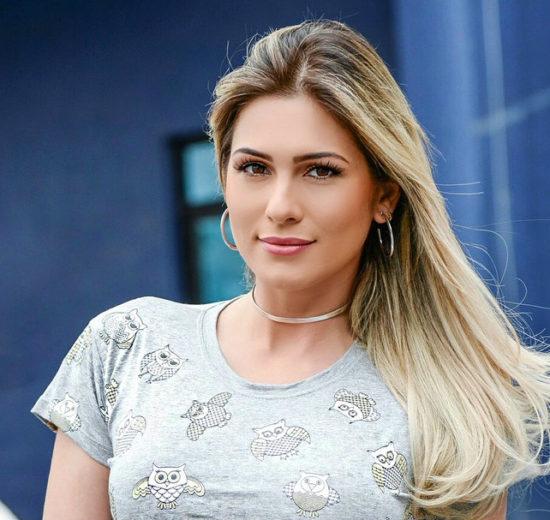 Lívia Andrade apresenta o programa Fofocalizando, no SBT (Foto: Reprodução)