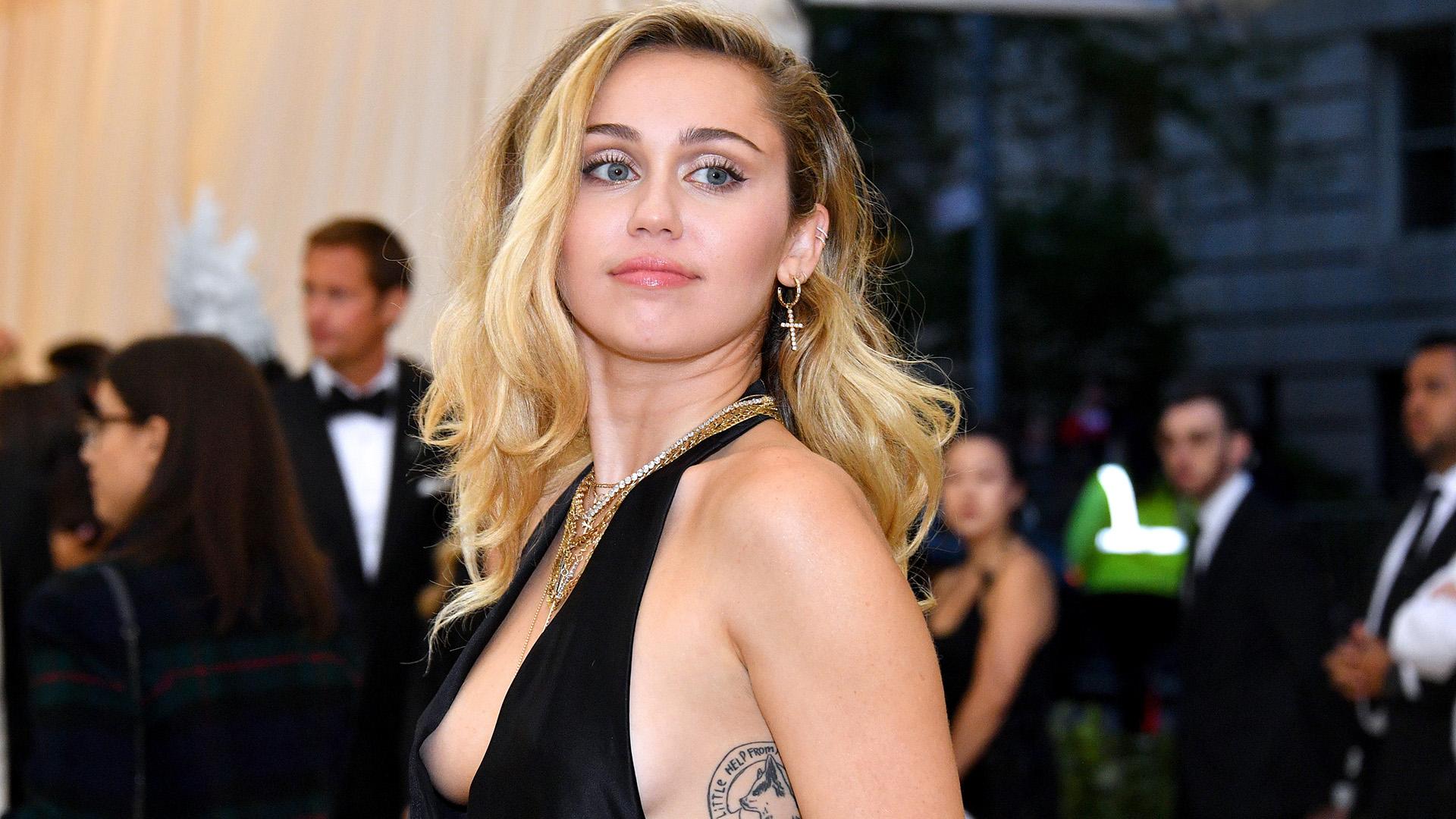Miley Cyrus recebe alta depois de passar por cirurgia e publica foto com seu novo namorado (Foto: Reprodução)