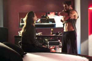 Rock fará novo striptease para Fabiana em A Dona do Pedaço (Foto: Reprodução)