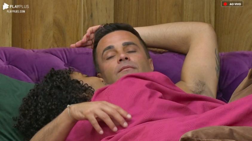 Sabrina de Paiva e Rodrigo Phavanello estão namorando em A Fazenda 11 da Record (Foto: Reprodução/PlayPlus)