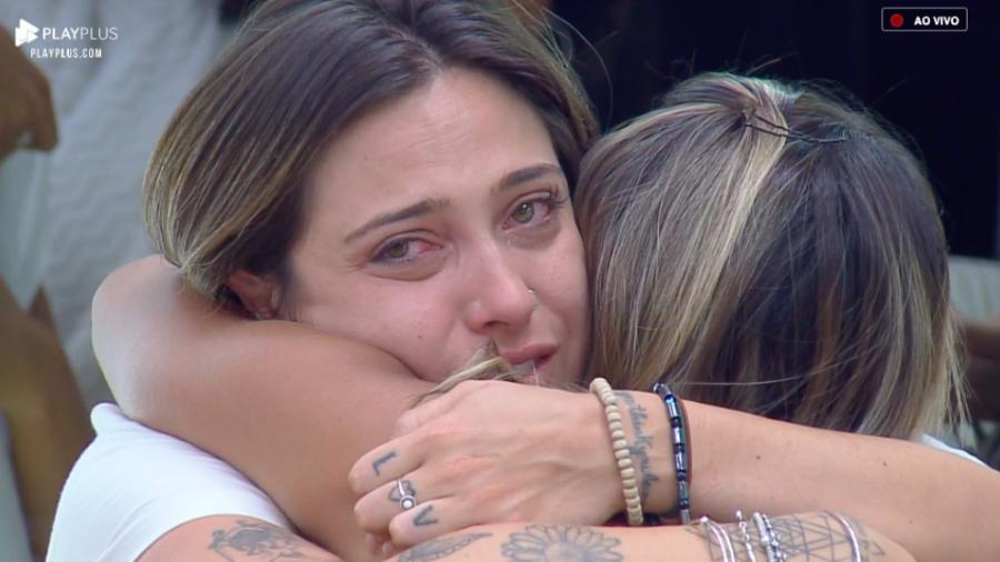 Tati Dias sendo consolada antes de ser eliminada em A Fazenda 11 (Foto: Reprodução/PlayPlus)