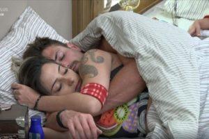 Tati Dias e Guilherme Leão dormem abraçados no quarto da sede Imagem: Reprodução/Playplus