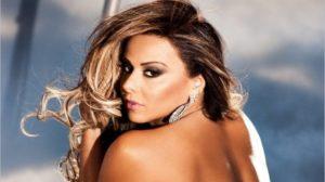 A atriz da Globo e ex-mulher do cantor Belo, Viviane Araújo causa na internet ao posar de fio dental (Foto: Reprodução)