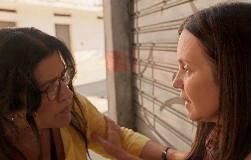 Lurdes e Thelma em cena da novela das 21h da Globo, Amor de Mãe (Foto: Reprodução)