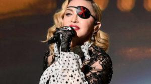 Madonna bebe sua própria urina e leva fãs à loucura (Foto: Reprodução)