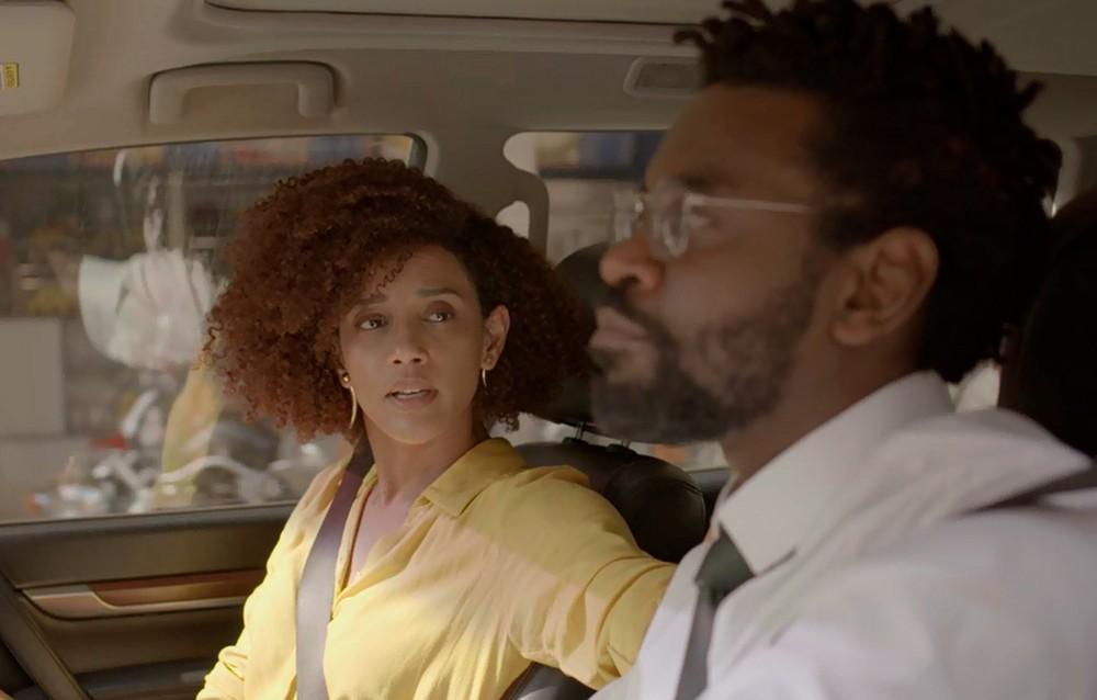 Em 'Amor de Mãe', Vitória (Taís Araujo) descobre que está sendo pelo marido, Paulo (Fabrício Boliveira) — Foto: Globo