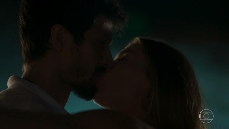 Marcos (Romulo Estrela) e Paloma (Grazi Massafera) em cena de Bom Sucesso (Foto: Reprodução/Globo)
